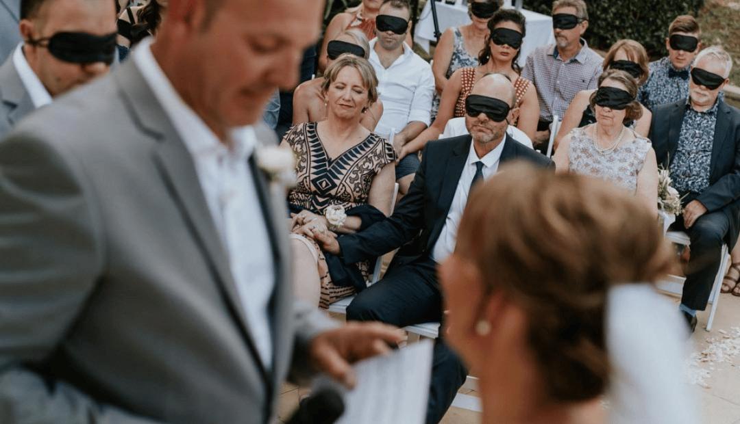 Les invités se bandent les yeux pour soutenir la mariée malvoyante