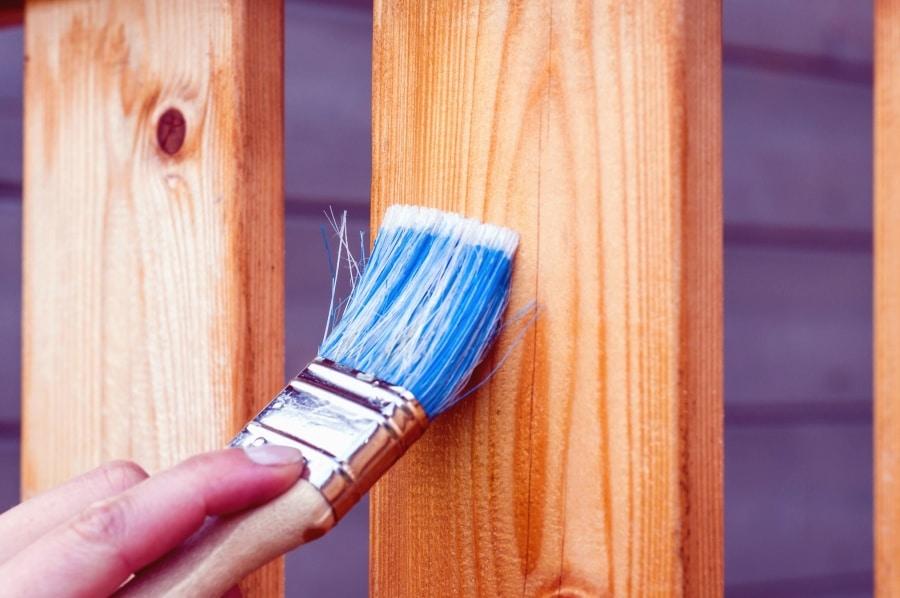 Comment peindre du bois sans le poncer ?