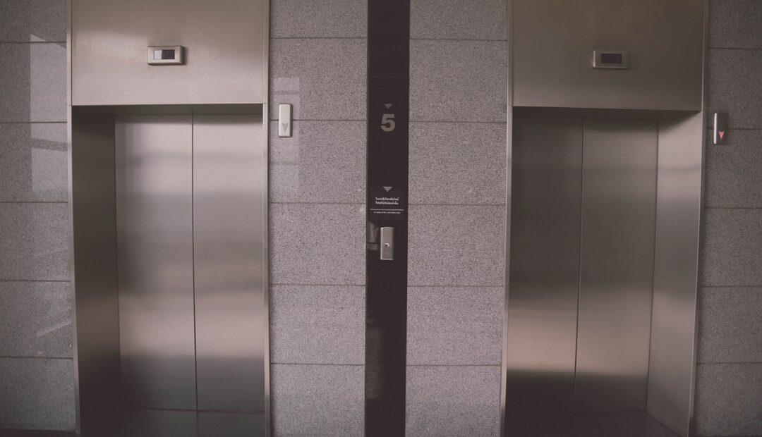 Coincé dans un ascenseur, Jason Momoa fait le buzz