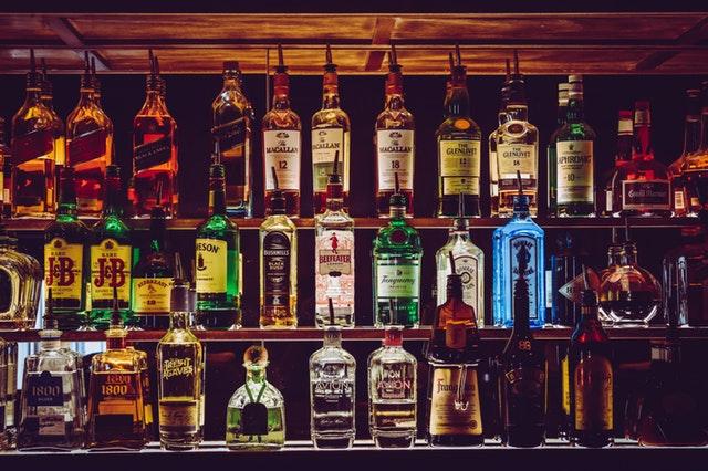 bouteilles d'alcool dans un bar