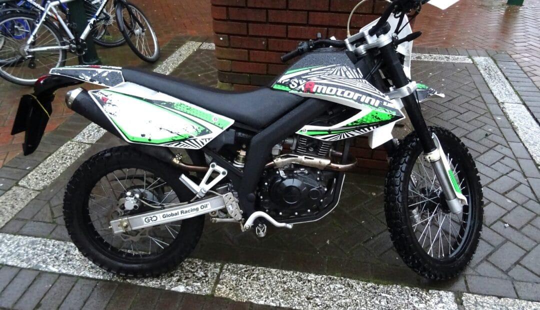 moto personnalisée avec des stickers